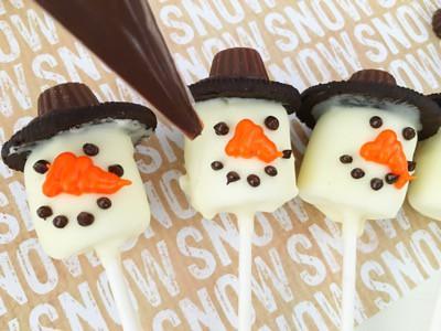 Snowman pops face
